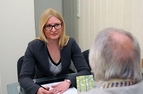 Frau Ina Korjagin, Mitarbeiterin von Bartsch von günstiger Bestatter NRW beim Beratungsgespräch für ein Komplettangebot mit einem Kunden